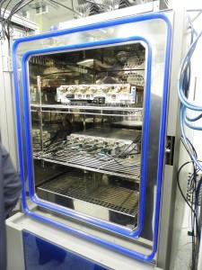Stacje bazowe są testowane w specjalnych urządzeniach (zamrażarko-piecykach?!), w których wytwarzane są ekstremalne warunki, takie jak na Syberii (-40 C) lub Saharze (do +70 C)