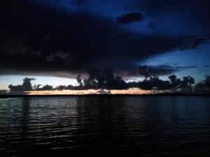 """Wakacyjne chmury """"hybrydowe"""" nad przymorskim jeziorem Wicko"""